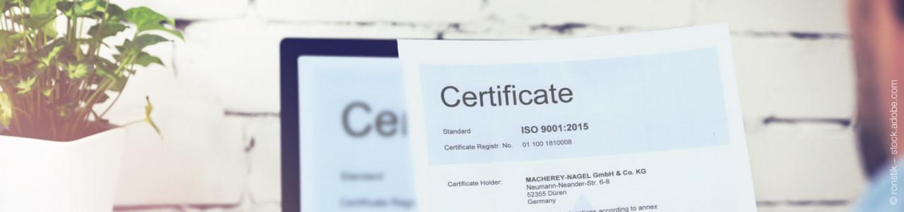 Fotolia-234874074-XL-Bueroangestellter-Certificate-1zu1-425